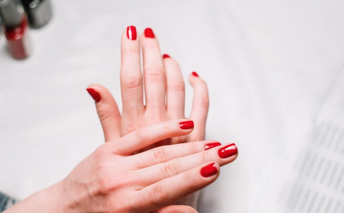 Τι προκαλεί τα επιβλητικά πετσάκια στα χέρια ;